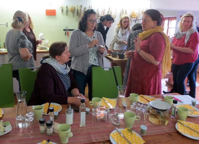 TEH-Praktikerinnen beim Fachsimpeln und bei der Herstellung eines Kräutersalzes im Rahmen einer Ausbildungs-Exkursion nach Österreich zum Unteregg's Kräutergartl.