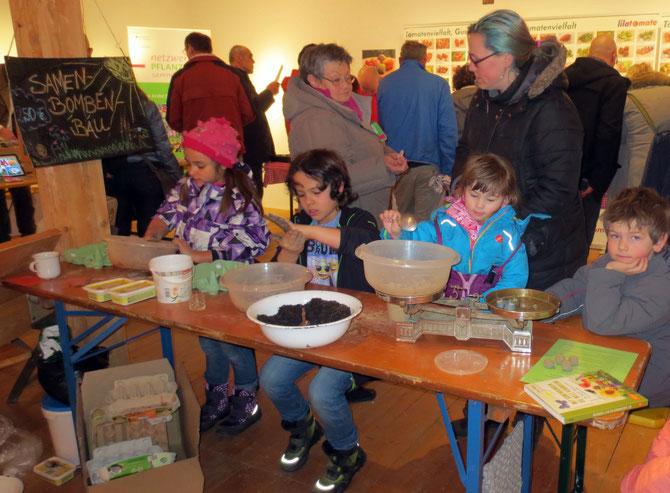 Fleißige Samenbomben-Produktion an unserem Sonnnewirbel-Stand im Gerätemuseum Bergnersreuth im Fichtelgebirge - keine Kinderarbeit ;-)