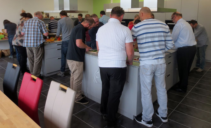 Die Lehr- und Schauküche der Arnika-Akademie gefüllt mit vegan kochenden Menschen - ich bin stolz!