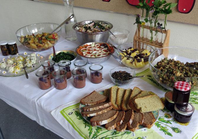 Die Lebensmittel mit den gesammelten Wildkräutern im verarbeiteten Zustand.