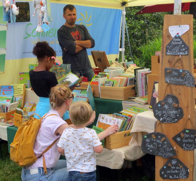 Unser belagertes Angebot an Naturbüchern für Kinder im neuen Sonnenwirbel-Pavillon, nebst äußerst freundlichem Verkaufspersonal.