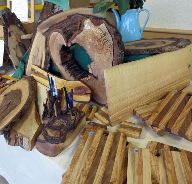 Schneidbretter aus Walnuss- und Eschenholz, unbesäumte Servierbretter und Stiftehalter