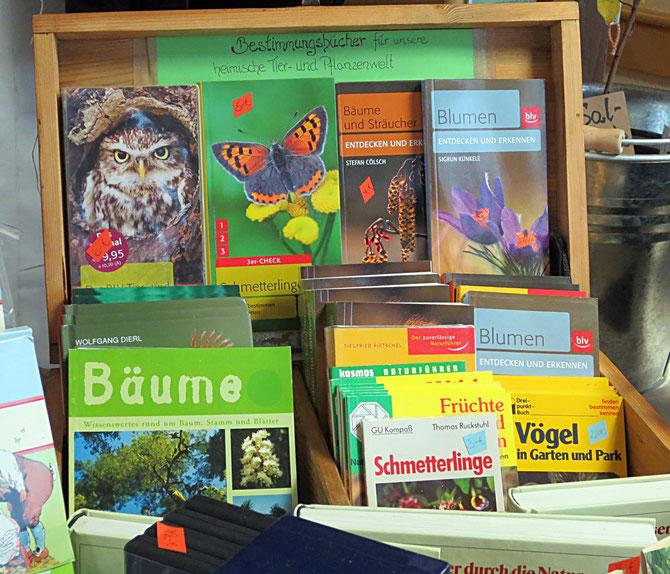 Bestimmungsbücher und Naturführer für einheimische Tiere, Pflanzen und Pilze.