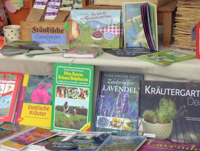 Oben sehen Sie Geschenkbücher für Gartenfreunde und unten Kräuterbücher.