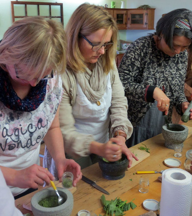 Silvia, Ulrike und Carola beim Kräutersalz mörsern im Rahmen der Ausbildung zur TEH-Praktikerin.