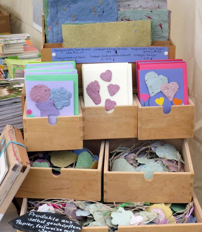 Oben Blütenpapiere, darunter Glückwunschkarten und unten Saatpapieranhänger in pastell- oder intensivfarben.