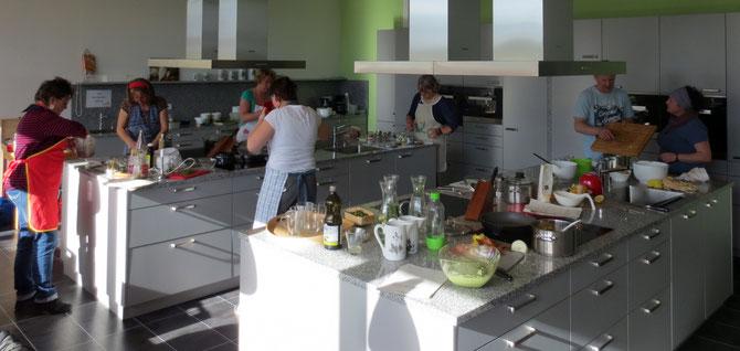 Emsiges Treiben bei einem meiner Wild & Vegan-Kochkurse in der Lehr- und Schauküche der Arnika-Akademie.