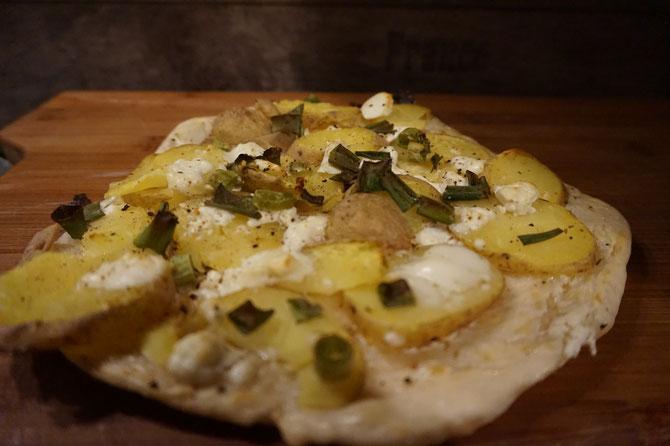 Rezept schneller Flammkuchen mit Kartoffeln Feta und Zwiebeln