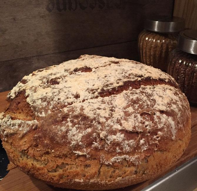 Dinkel Brot mit Leinsamen und Joghurt aus dem Roemertopf Pane