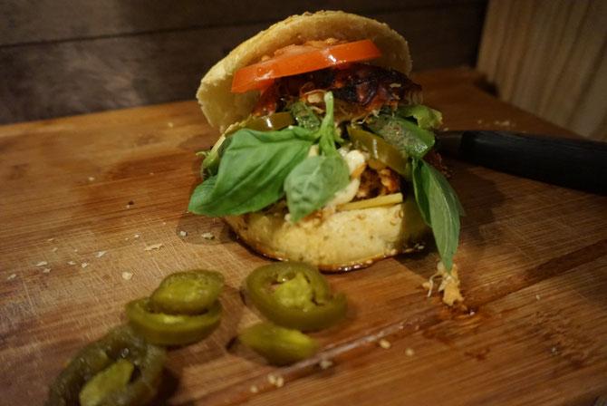 Rezept Pulled Chicken Burger a la Maus mit Avocado und karamellisierte Zwiebeln