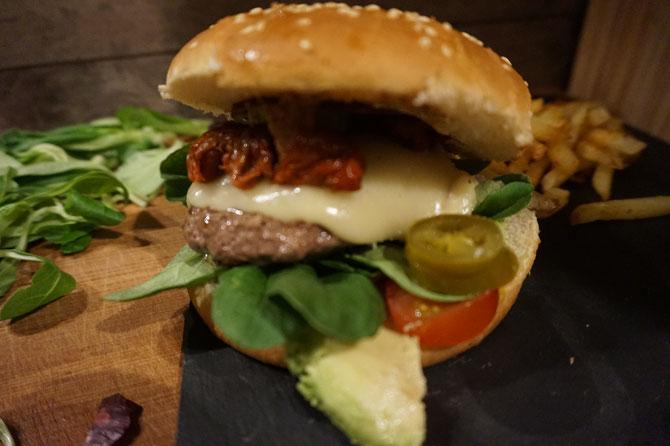 Haus Cheeseburger der Maus mit Ziegenkaese Avocado und Feldsalat
