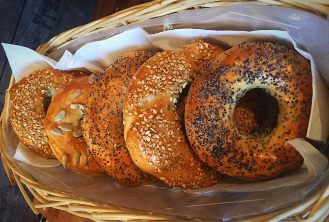 Rezept selbstgemachte Vollkorn Mehl Bagels mit Sesam
