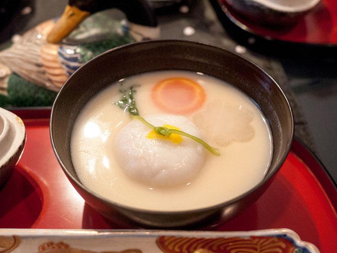 鶏餅饅頭の京風白味噌雑煮