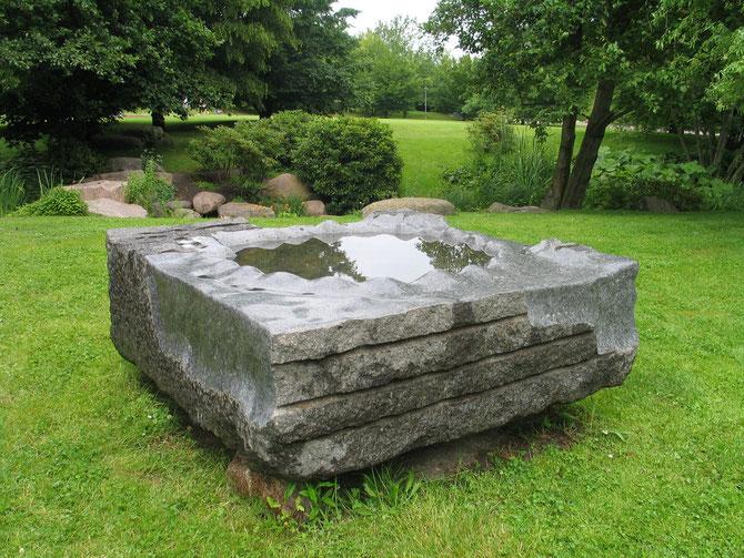 """""""Lucas"""", vannskulptur, larvikitt i Britzer Park, Berlin, Tyskland"""