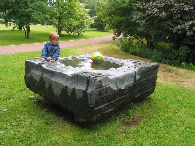 Det bassenget laget da Lucas ble født. Små Vanndråper kan forme en stein. Mål 160x 160 x 80 cm. År 2002