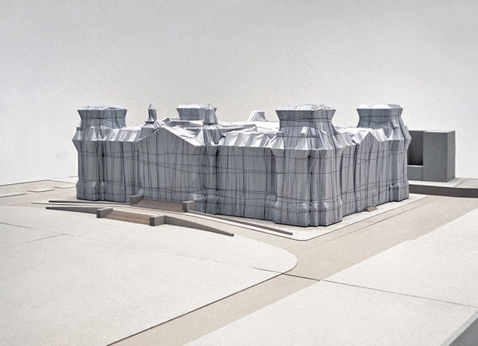 Christo, Wrapped Reichstag (Project for Berlin), maßstabsgerechtes Modell 1981, 85 x 426 x 486 cm, Holz, Farbe, Stoff und Bindfaden // Foto: Wolfgang Volz // © Christo 1981
