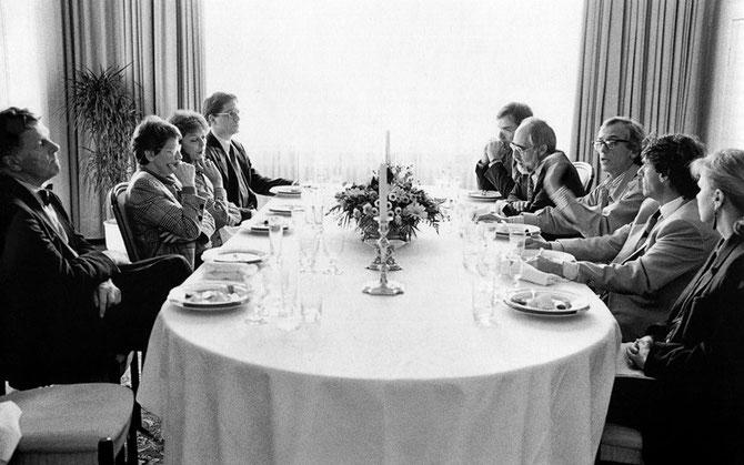 Peter Conradi, Rita Süssmuth, Jeanne-Claude, Peter Jung u. Helmut Georg Müller (zwei Mitarbeiter der Bundestagspräsidentin), Michael Cullen, Christo, Roland Specker u. Sylvia Volz (v.l.n.r.) bei einem Treffen in Bonn, 9. Feb. 1992 // Foto: Wolfgang Volz