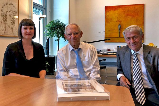 Sina Jentzsch, Bundestagspräsident Dr. Wolfgang Schäuble und Roland Specker bei einem Treffen im Reichstagsgebäude am 8. Juni 2018.