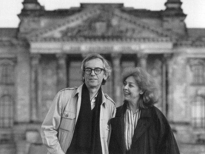 Christo und Jeanne-Claude vor dem Reichstagsgebäude in Berlin, 1994 // Foto: Wolfgang Volz