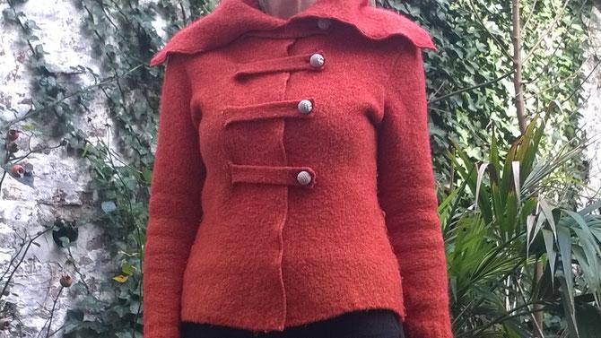 der Pullover wird zur Jacke und erfreut jetzt Ulrike! Idee und Ausführung: Beate Gernhardt, verkauft, Foto: Barbara Mansen