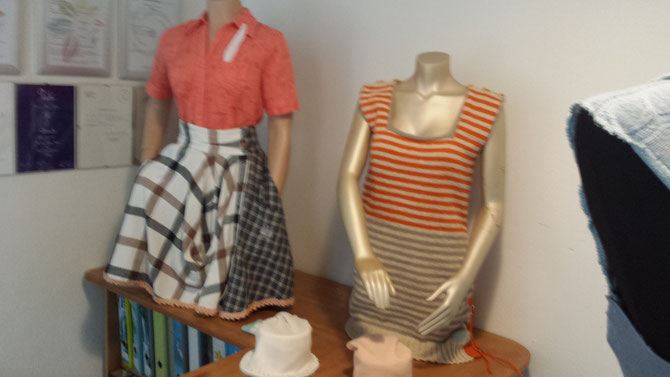 Rock aus 2 Flanellhemden und Mausezäckchenrand, verkauft; und Pullunder, handgestrickt; beides ausgeführt und entworfen von Beate Gernhardt