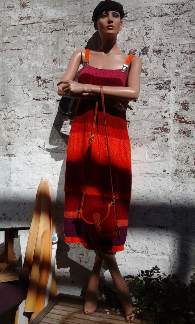entworfen und handgestrickt  von Beate Gernhardt aus Baumwolllresten in Rottönen; verkauft