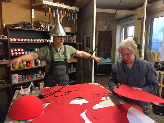 Andreas und Irmgard beim ernsthaften Bühnenbau für das Weihnachtsmärchen.