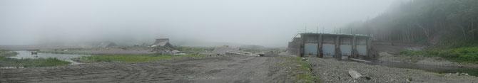 津波によって倒壊した護岸堤防