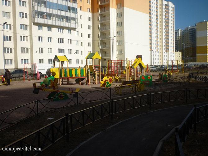 Новая Охта, детская площадка во дворе домов по улице Маршака 14 (корпуса 2 и 3)