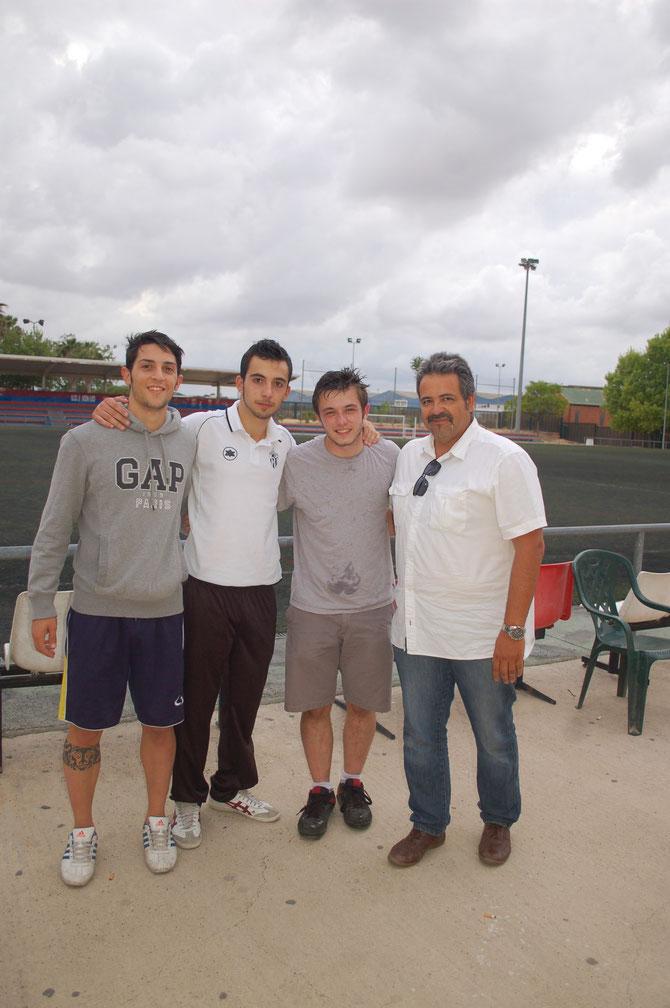 EN EL PERDIGUER, MARCOS PRIETO( IZQUIERDA ), VIRSEDA ( CENTRO ) Y AMADEO ( DERECHA ) JUNTO CON EL PRESIDENTE JUANJO HUESCA. En ese partido los tres juveniles jugaron con el prmer equipo.