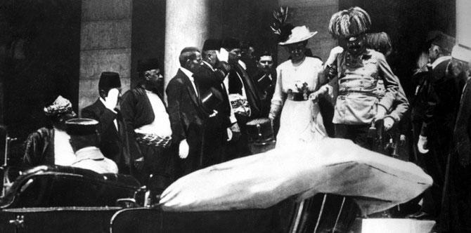 L'archiduc François-Ferdinand d'Autriche et son épouse Sophie Chotek quittent l'hôtel de ville de Sarajevo, juste avant leur assassinat, le 28 juin 1914. (AFP PHOTO)