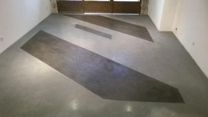 Béton-ciré-sol-avec-incrustation-de-motifs-géométriques