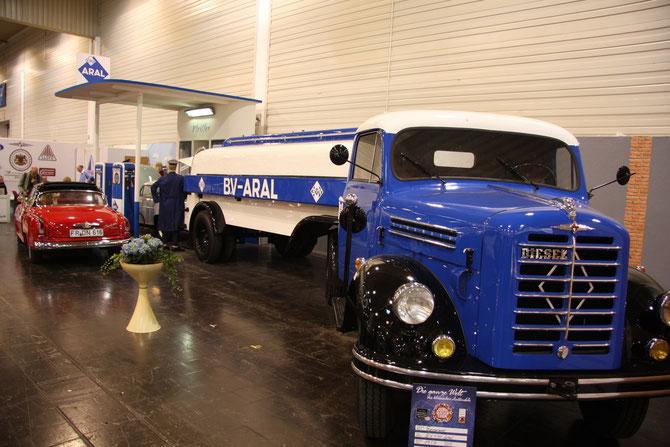 Arrangement mit Borgwards: die Tankstellen-Szene hat definitiv Applaus verdient !!