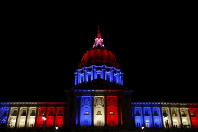 La Casa Bianca illuminata di blu, bianco e rosso, i colori della Francia