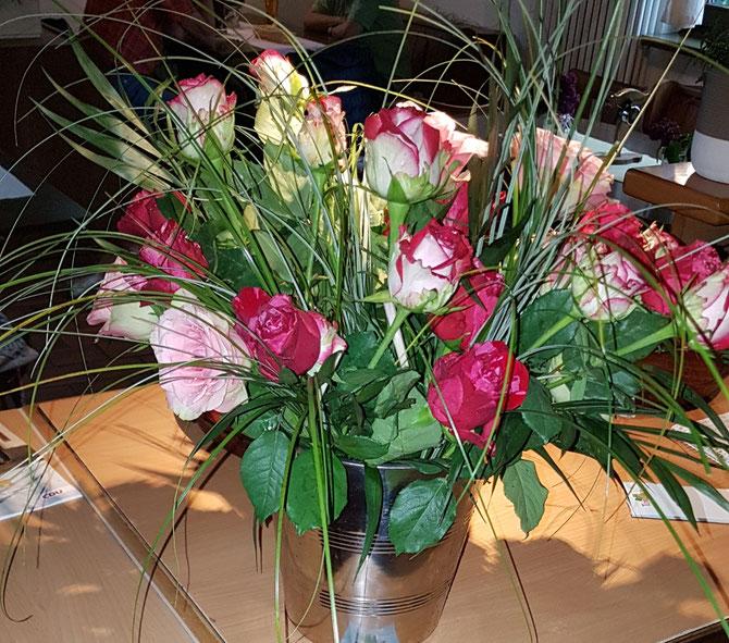 Muttertag!!!! Liebe Mütter, lassen Sie sich bei uns mit leckeren Überraschungsgericht und schöne Rose verwöhnen!!  Wir freuen uns Sie herzlich willkommen zu heißen!!! 🍻