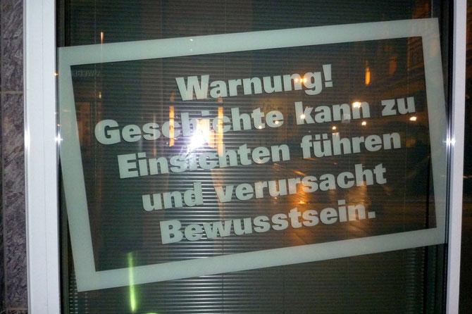 Text in Rahmen: Warnung! Geschichte kann zu Einsichten führen und verursacht Bewusstsein