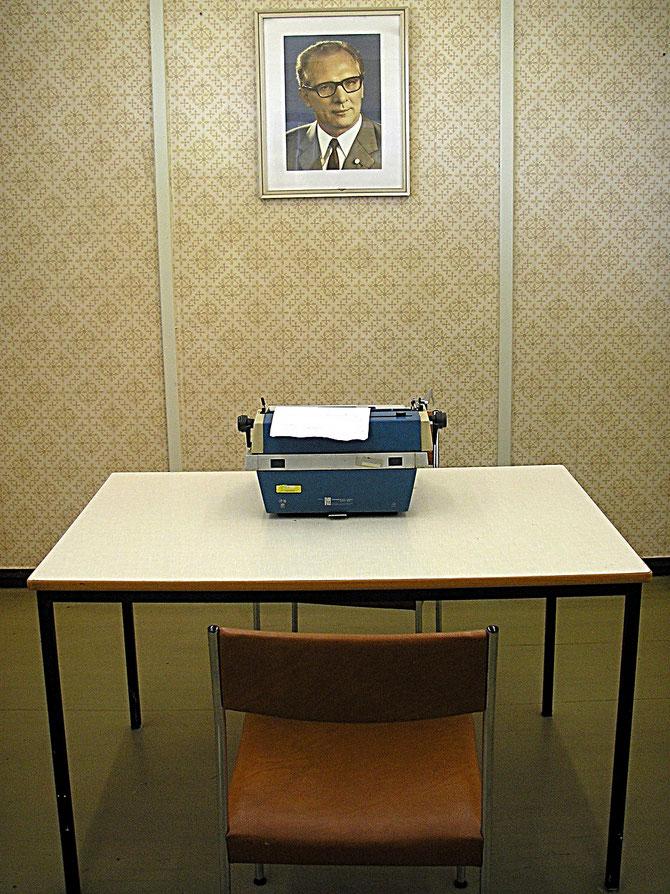 Vernehmungsraum der Stasi mit Bild von Erich Honecker an der Wand