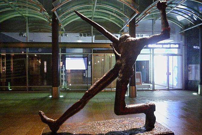 Ein Arm ausgestreckt, eine Faust erhoben - Symbol für den Weg der Deutschen durch die zwei Diktaturen des 20. Jahrhunderts