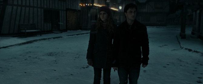 Harry et Hermione dans les rues de Godric's Hallow (Harry Potter et les Reliques de la Mort - Partie 1 - 2010)