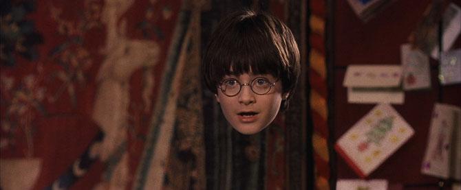 Harry essayant la cape d'invisibilité (Harry Potter à l'école des sorciers - 2001)