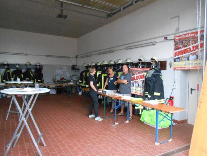 Startnummerausgabe im Feuerwehrhaus