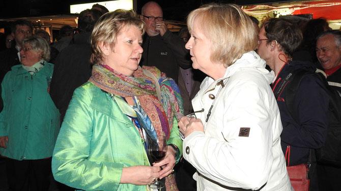 """Kleine Kabinettsbesprechung am Rande: Ministerpräsidentin und Stellvertreterin sind sich einig, der SPD-Sieg war in der Klingenstadt einfach überfällig und aus ihren Augen """"gut""""."""
