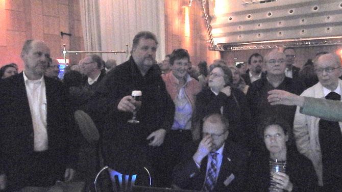 Ein historischer Moment: das erste Glas Bier zur Erfrischung für den neugewählten Solinger Oberbürgermeister Tim Oliver Kurzbach. Überreicht von einem, der ihm vielleicht auch zukünftig das Wasser reichen können sollte .... *schmunzel*