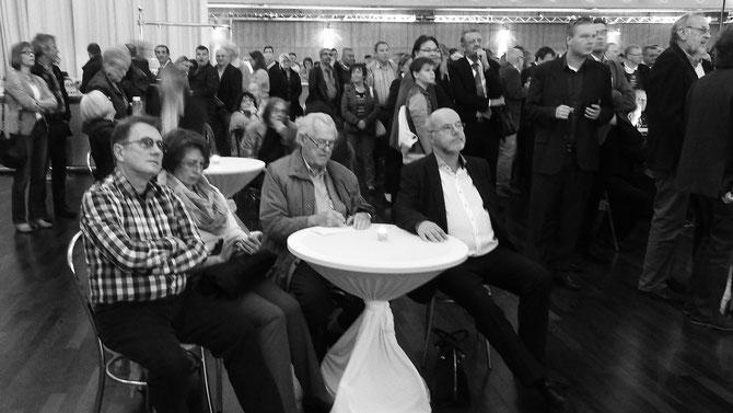 """Künstler aus Weißrussland, verfolgen ebenso gespannt den Fortgang der Ergebnisse wie """"alte Solinger"""", viel Prominezauftrieb, würde man beim Oktoberfest sagen."""