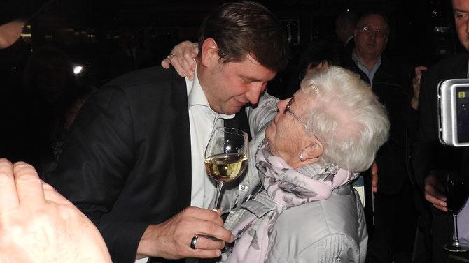 """Die heimlichen Worte von Oma Helga: """"Tim, jetzt haben wir Dir alle geholfen, jetzt musst Du aber auch allen helfen, versprichst Du mir das?"""" – Wer kann lieben Omas solche Bitten abschlagen :-)"""
