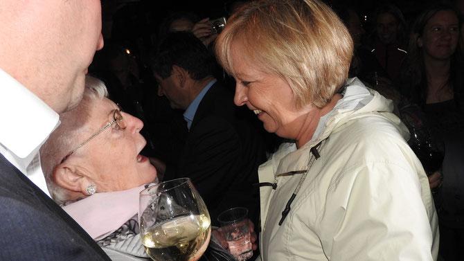 """""""Ja, aber klar, Hannelore, das mach ich."""" Oma Helga bekommt den Auftrag, den nächsten Wahlkampf für Hannelore Kraft zu organisieren."""