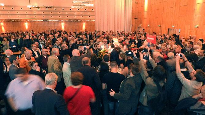 EINE WUNDERBARE, FAIRE, DEMOKRATISCHE GESTE: Frank Feller, der Gegenkandidat, gratuliert herzlich und aufrichtig dem Sieger der Wahl.