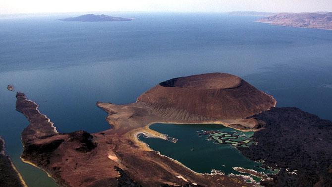 Lago Turkana col vulcano Nabuyatom in primo piano, sullo sfondo South Island.