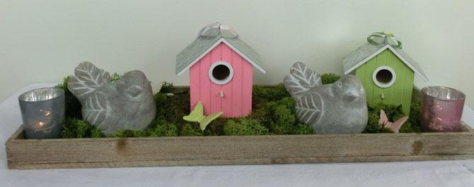 Holztablett mit Steinvögeln und Vogelhäusern