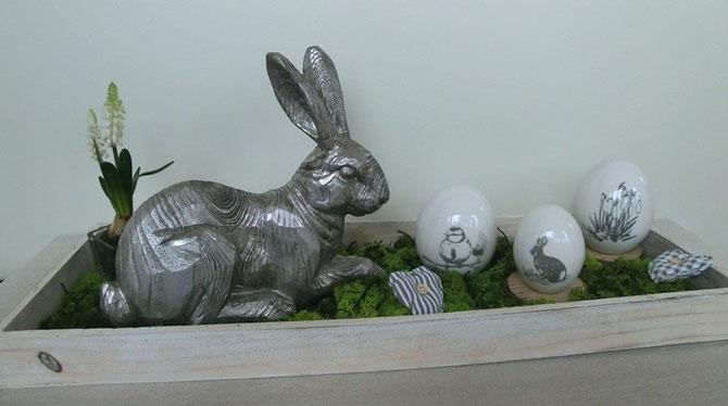 Holztablett mit silbernem Hasen, Keramikeiern und Moos
